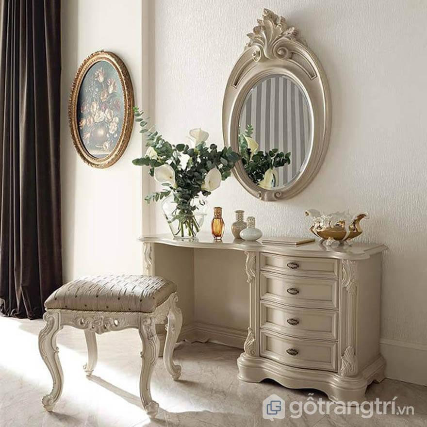 Nhằm tôn vinh vẻ đẹp quý tộc, bàn trang điểm gương 3 cánh liền không chỉ tạo nên sự vững chãi mà còn vô cùng bề thế, uy nghi. Đây là thiết kế ấn tượng rất phổ biến trên thị trường nội thất.