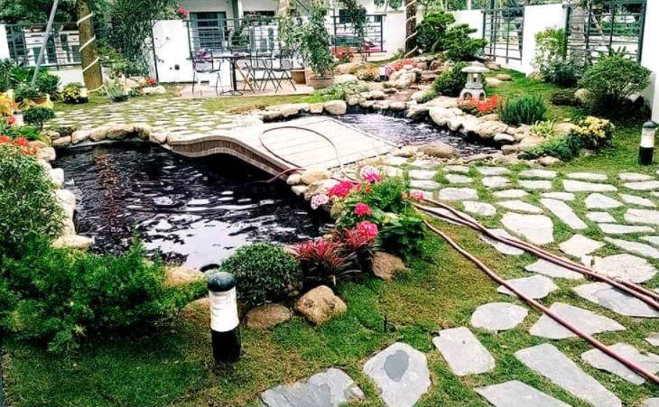Hồ cá nhỏ kết hợp tiểu cảnh sân vườn tạo nên khung cảnh yên bình